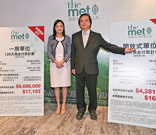 右起:宏安地產行政總裁黃耀雄、宏安地產物業發展部總經理程德韻。(余鋼/大紀元)