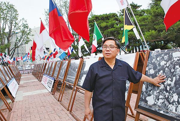 社團法人自由聯合代表安在喆在首爾市民廣場的「6.25動亂展」。(攝影/李仁淑)