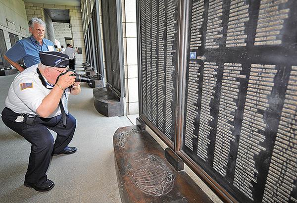 2010年6月23日,韓戰六十周年時,南韓政府邀請了300多個當年的聯合國老兵訪問南韓。圖為75歲的美國老兵Timothy Whitmore在首爾戰爭紀念館裏,拍下當年陣亡戰友的名字。(AFP)