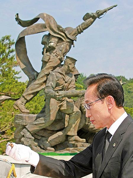 2010年6月6日,南韓總統李明博在民族紀念碑前點香祈禱,要求北韓必須為它的惡行接受懲罰。(AFP)