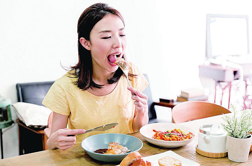 早上7時左右起床準備上班上學,中醫建議一定要吃早餐,對脾胃運作有好處。(Fotolia)