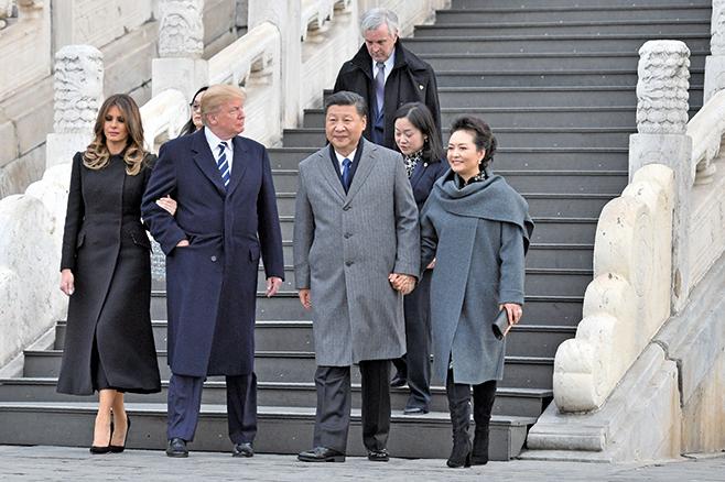 部份北京民眾期望特朗普關注中國人權。圖為美國總統特朗普同夫人梅拉尼婭及習近平夫婦在故宮留影。(Getty Images)
