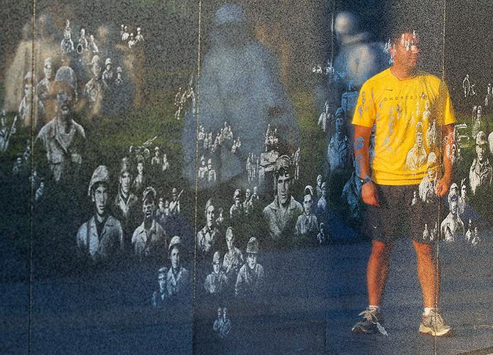 右下)美國韓戰紀念碑的大理石壁上,用鐳射鐫刻著兩千餘名陣亡將士照片,時隱時現。所有這些臉部都是根據韓戰新聞照片中美軍各個兵種的無名士兵的真實紀錄臨摹的。(Getty Images)