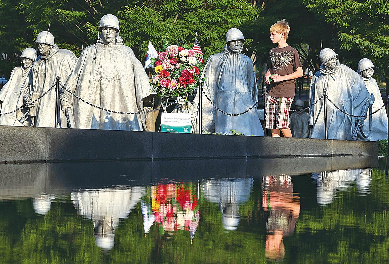 位於華盛頓的韓戰紀念館。走過的人們,更覺今日自由的可貴。(Getty Images)