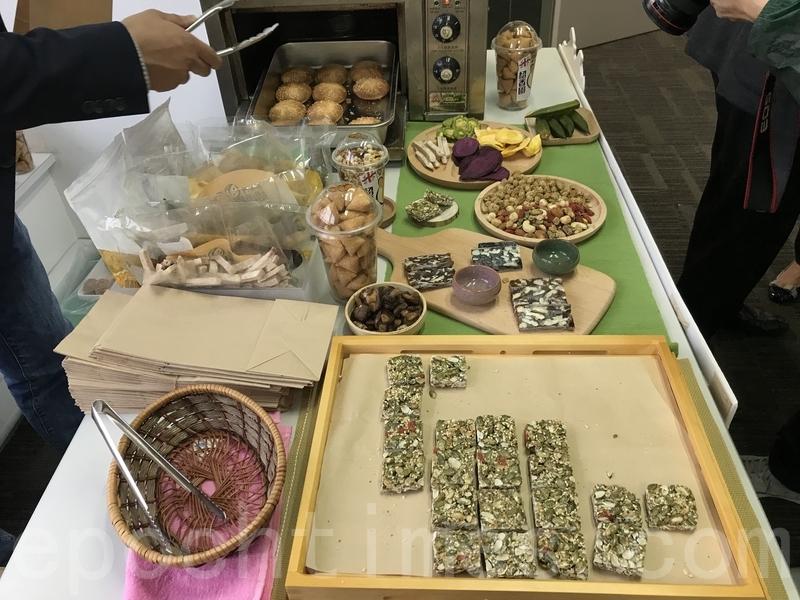 50年老字號紹香園特為美食巡禮準備了從未面市的新產品,包括黑松露雞仔餅、黑松露牛肉乾,以及師傅推介以麥芽糖製作的「老貓燒酥」。(王文君/大紀元)