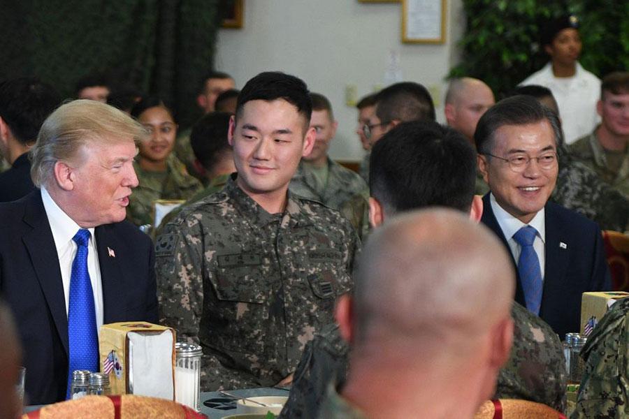 11月7日,美國總統特朗普在南韓美軍基地漢弗萊營訪問時,和軍士們一起就餐,堅持和軍士們吃一樣的食物。(JIM WATSON/AFP/Getty Images)