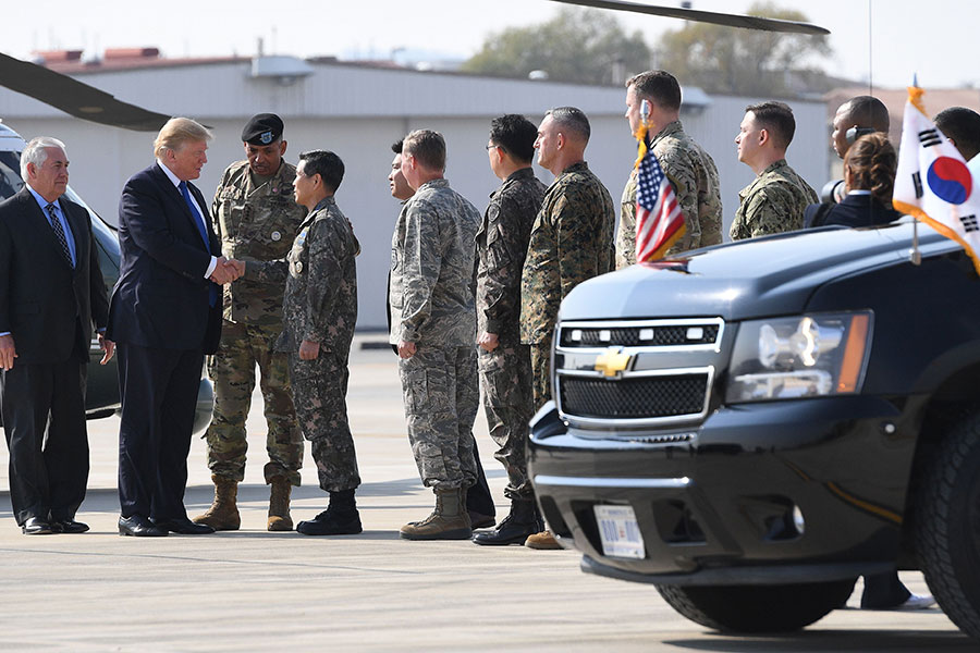 駐韓美軍家屬於16至20日期間首次舉行從朝鮮半島撤離至美國本土的訓練。圖為去年美國總統特朗普訪韓時,前往駐韓美軍基地與軍士們見面的情景。(JIM WATSON/AFP/Getty Images)