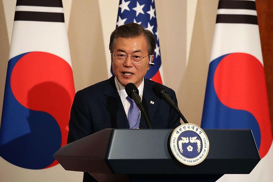 圖為11月7日,南韓總統文在寅(圖)與美國總統特朗普舉行聯合記者會。(Chung Sung-Jun/Getty Images)