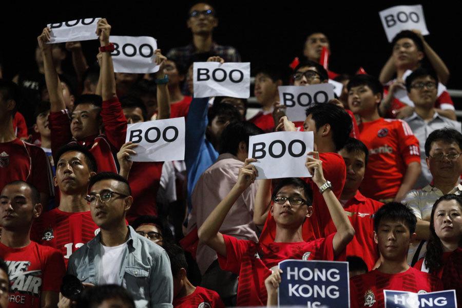 足球友誼賽上 球迷噓聲排山倒海蓋過中共國歌
