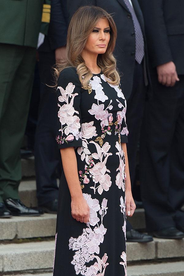 訪華第2天,11月9日,梅拉尼婭選擇了一條意大利品牌D&G的長裙,極具中國風味。(NICOLAS ASFOURI/AFP/Getty Images)