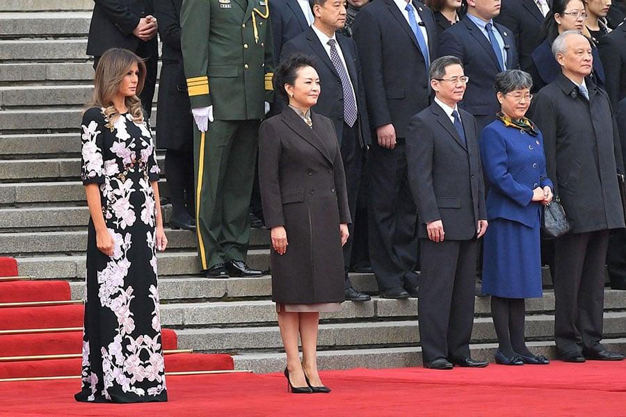 11月9日上午,梅拉尼婭身著一身有中國圖案的長裙,與習近平夫婦會面。(Thomas Peter-Pool/Getty Images)