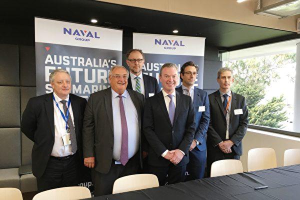 法國潛艇製造商Naval集團獲得澳洲反歧視法豁免權。圖為8月30日,Naval集團舉行阿德萊德新辦公室開張儀式,正式啟動潛艇製造前的各項調研工作。前排從左至右:Naval集團澳洲總裁克拉克(Brent Clark)、 Naval集團主席兼總裁Herve Guillou、澳聯邦國防工業部長派恩(Christopher Pyne)。(劉珍/大紀元)