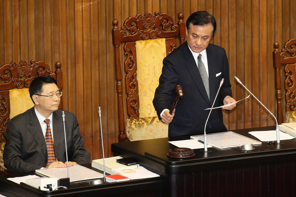 台灣立法院院會10日審理《政黨法》草案,並在下午由立法院長蘇嘉全(右)敲槌宣佈三讀通過。(中央社)