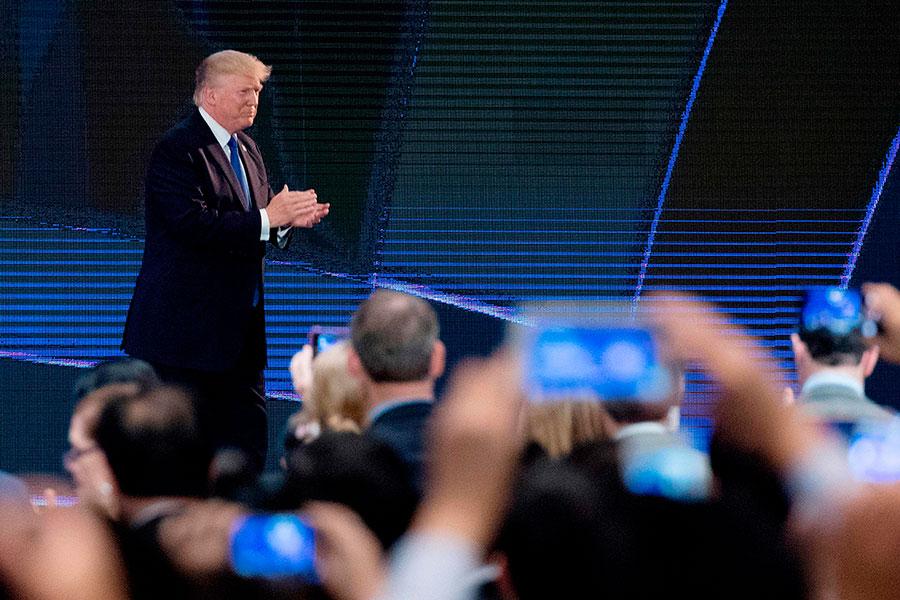 美國總統特朗普周五(11月10日)抵達越南,在亞太經濟合作組織(APEC)領袖峰會上發表演講。(JIM WATSON/AFP/Getty Images)