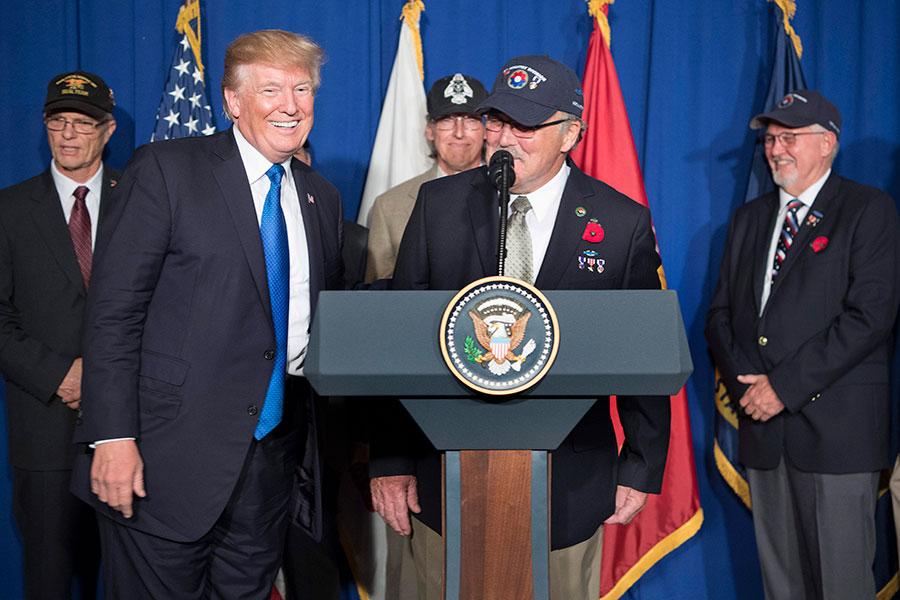 特朗普在越南峴港市紀念越南戰爭50周年之際,介紹越戰老兵Stave Hopper(中)。(JIM WATSON/AFP/Getty Images)