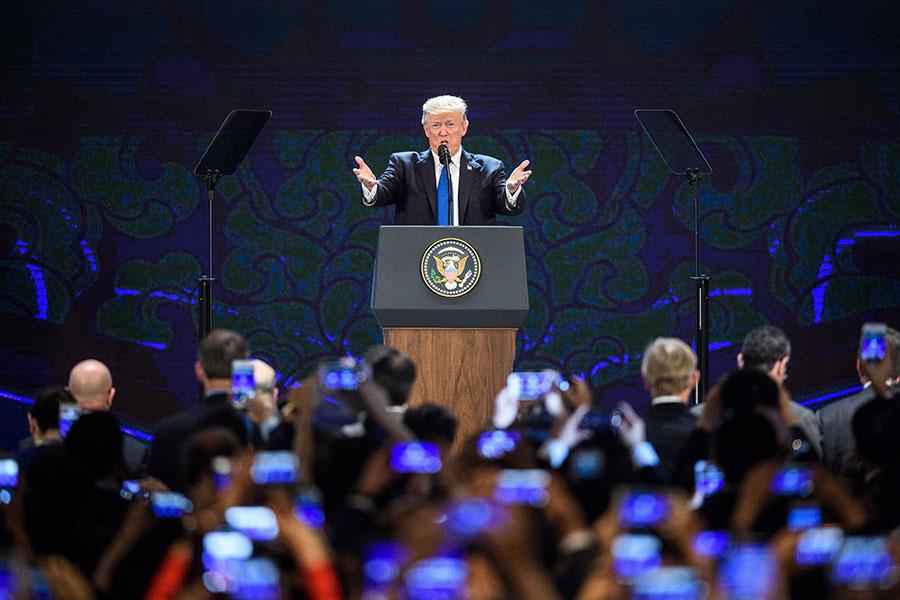 美國總統特朗普周五(11月10日)抵達越南,在亞太經濟合作組織(APEC)領袖峰會上發表演講。(ANTHONY WALLACE/AFP/Getty Images)