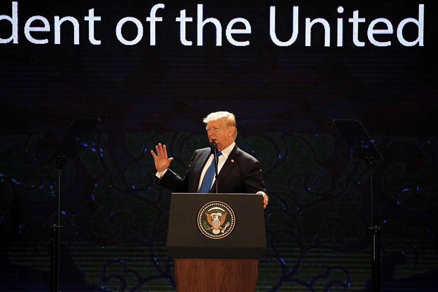 美國總統特朗普周五(11月10日)抵達越南,在亞太經濟合作組織(APEC)領袖峰會上發表演講。(NYEIN CHAN NAING/AFP/Getty Images)