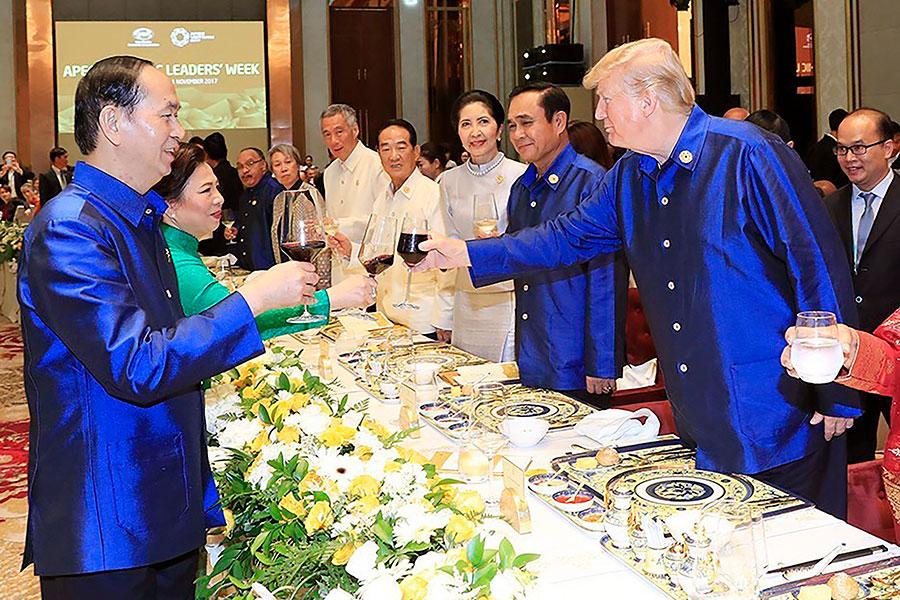 參加亞太經合組織的世界各國領導人在坐下來吃晚飯之前,會穿上傳統的越南式襯衫。(STR/AFP/Getty Images)