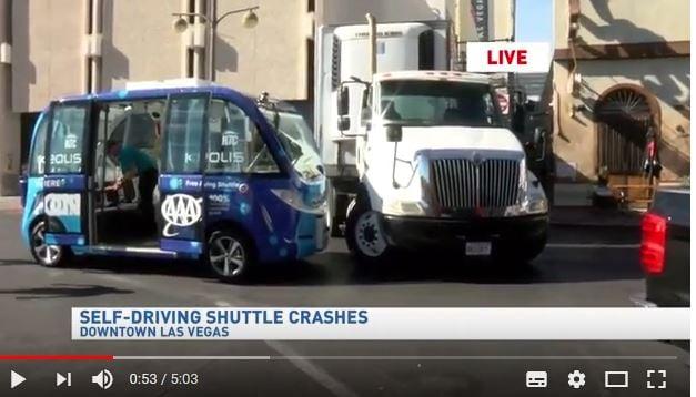 美國一輛獲准在現實車流穿行在道路上的無人駕駛巴士,在賭城拉斯維加斯首次亮相時,不到2個小時就出了車禍。(視像擷圖)