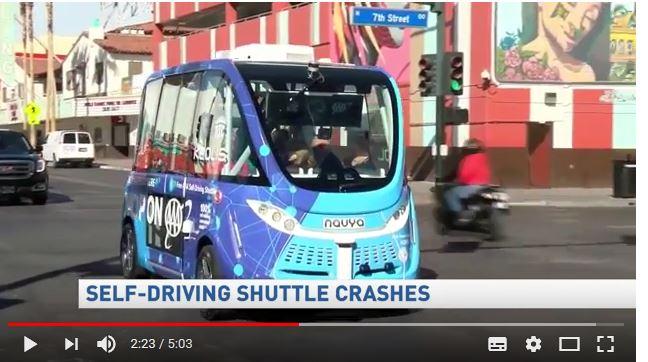 這輛自駕巴士在該市街道首次亮相的時候,一輛無人駕駛汽車和貨車相撞。(視像擷圖)