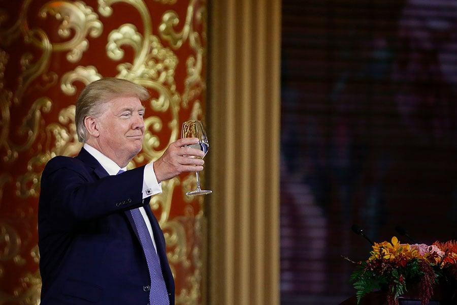 雖然中共舉行盛大儀式歡迎美國總統特朗普的來訪,給予他「皇帝」般的待遇,但是在他回到華盛頓之後,可能將作出令中共大吃一驚的舉動。(THOMAS PETER/AFP/Getty Images)
