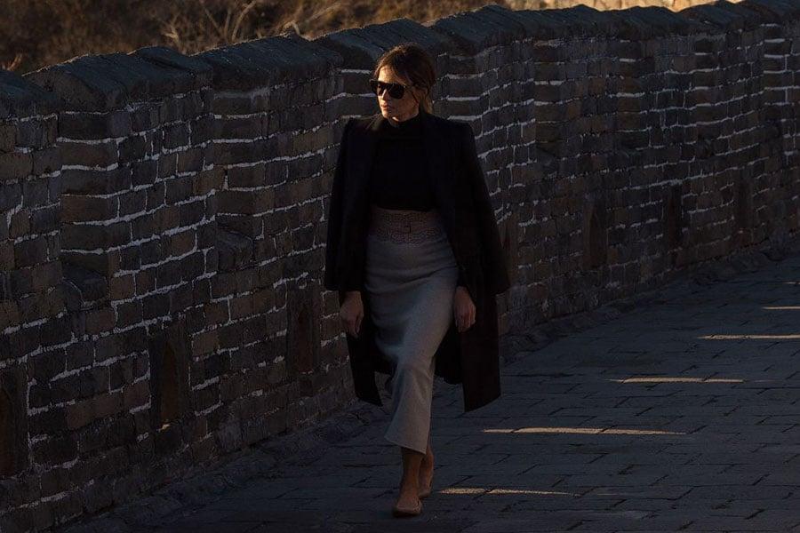 美國第一夫人梅拉尼婭在長城接受採訪時表示,很榮幸成為美國第一夫人。(NICOLAS ASFOURI/AFP/Getty Images)