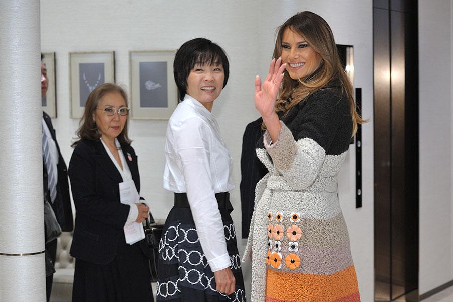 在日本期間,梅拉尼婭與日本第一夫人安倍昭惠在一起,各自展示不同的西方和東方儀態。(DAVID MAREUIL/AFP/Getty Images)