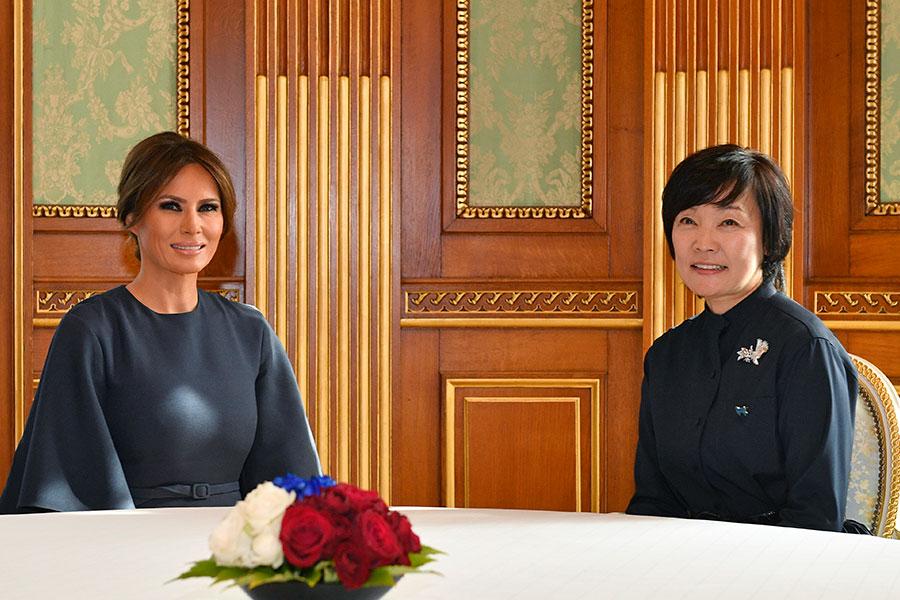 在日本期間,梅拉尼婭與日本第一夫人安倍昭惠在一起,各自展示不同的西方和東方儀態。(FRANCK ROBICHON/AFP/Getty Images)