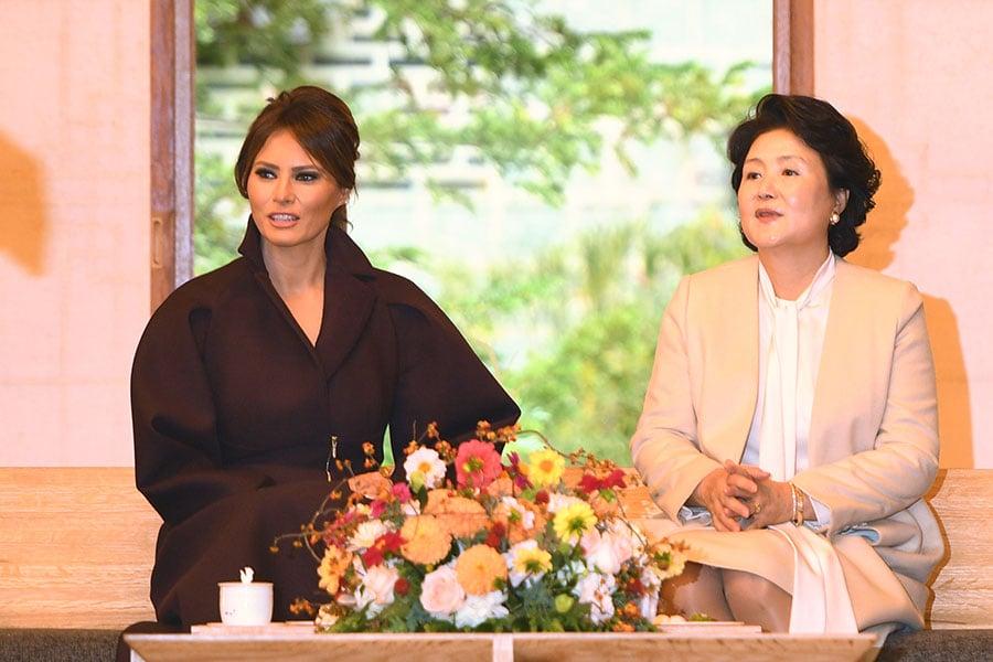 11月7日,梅拉尼婭和特朗普抵達行程的第二站南韓首爾,梅拉尼婭的衣著則再度變得沉實。(JIM WATSON/AFP/Getty Images)