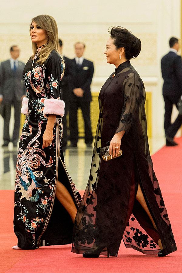 參加當晚國宴時,梅拉尼婭再穿一套典雅、富貴的長裙。(JIM WATSON/AFP/Getty Images)