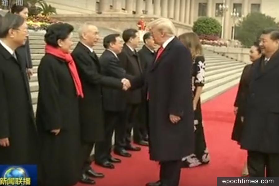 丁薛祥(左五)、劉鶴(左三)、楊潔篪(左一)9日隨習近平接連出席三次與特朗普有關的活動後,10日他們三人又隨習近平飛抵越南峴港出席APEC峰會。(視像擷圖)