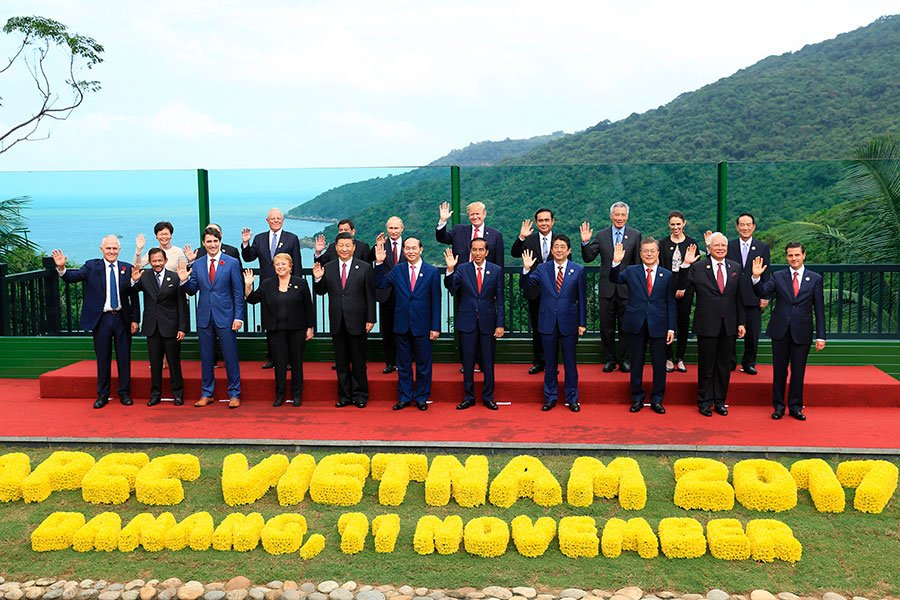 圖為11月11日,出席亞太經濟合作會議(APEC)經濟領袖閉門會議的各領袖代表合照。(HAU DINH/AFP/Getty Images)