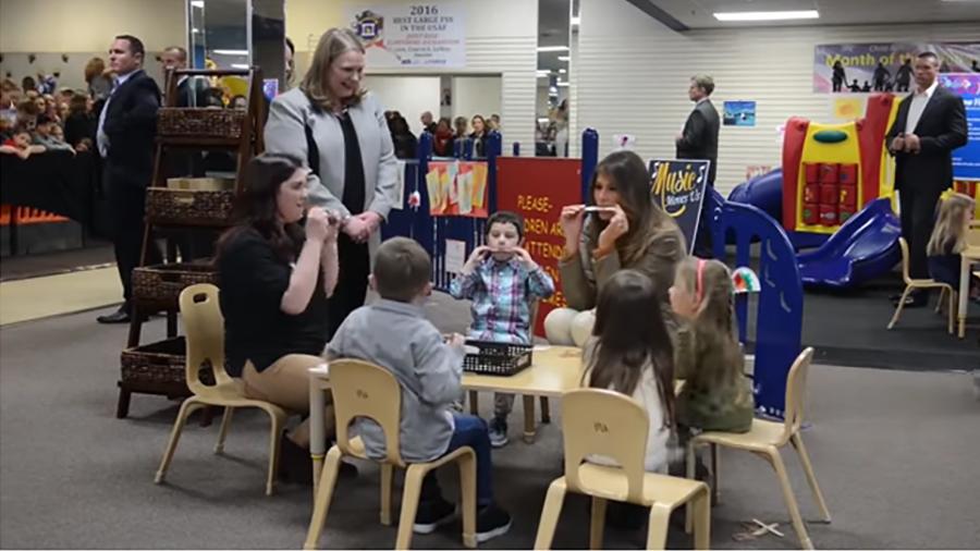 美國第一夫人梅拉尼婭在11月10日結束訪華行程後返回美國途中,探訪在阿拉斯加軍事基地的美軍官兵家屬。圖為梅拉尼婭參加為兒童及青少年而設的活動。(視像擷圖)