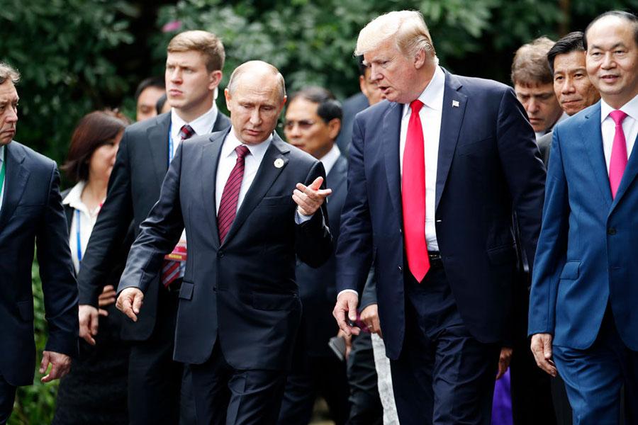 在APEC的峰會上,特朗普和俄羅斯普京在24小時內共進行了三次談話。(JORGE SILVA/AFP/Getty Images)