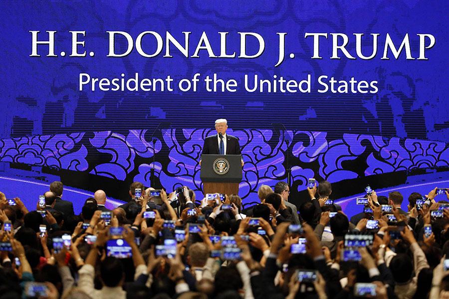 10日,特朗普自北京飛抵越南峴港,在亞太經合會企業領袖峰會上發表演說。(NYEIN CHAN NAING/AFP/Getty Images)