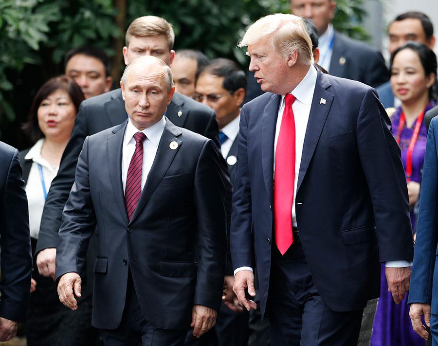 周六(11月11日),美國總統特朗普和俄羅斯總統普京在越南APEC首腦會議上進行了數次短暫交談。(JORGE SILVA/AFP/Getty Images)