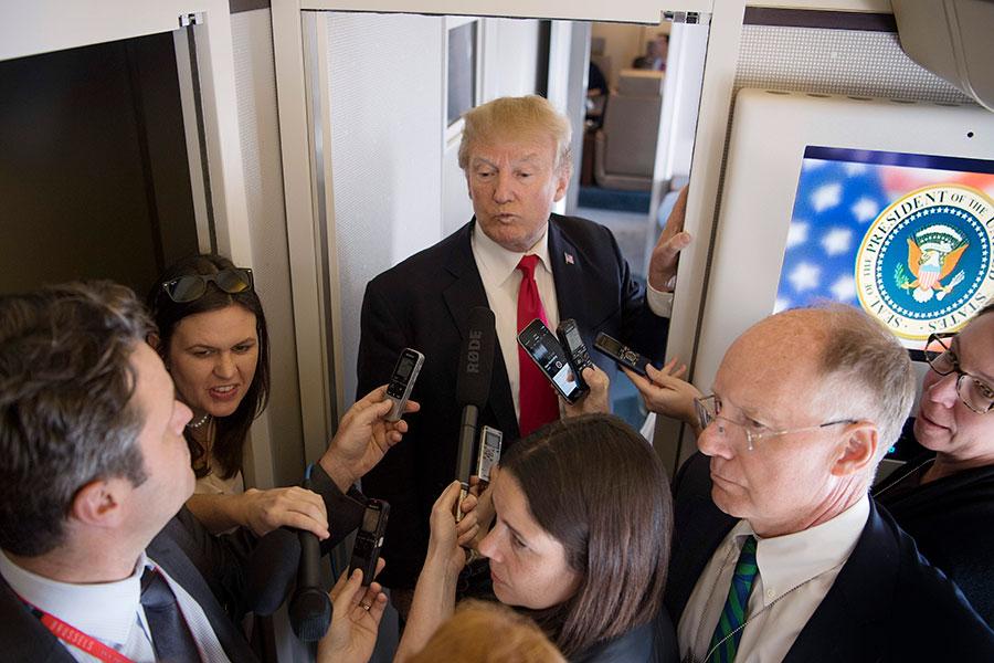 正在亞洲訪問的美國總統特朗普11月11日在飛往越南河內的途中,接受隨行記者採訪。(JIM WATSON/AFP/Getty Images)