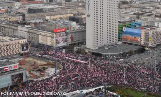 波蘭獨立日(11日)當天,6萬右翼保守派人士在華沙走上街頭,手持印有我們需要神的標語牌,呼籲波蘭人捍衛傳統價值,反對自由主義的過度瀰漫。(YouTube視像擷圖)