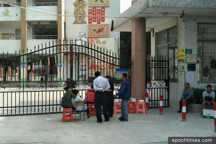 11月9日,廣東廣州市番禺區市橋東環街蔡二村同心小學發生一起6歲男童墜樓身亡事件,10日家屬到學校討說法遭警方鎮壓。(受訪者提供)