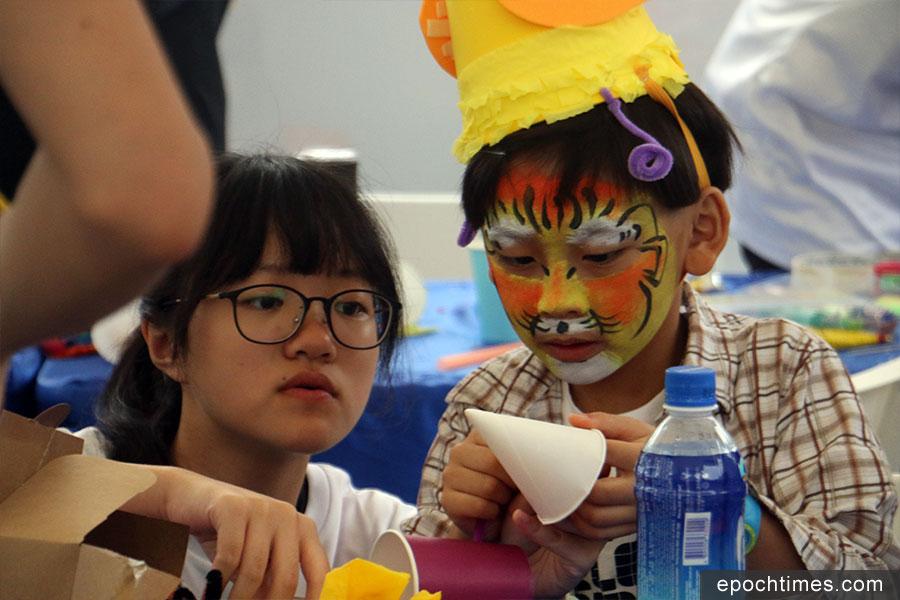 「渣打藝趣嘉年華」在維園中央草坪開設18個免費藝術攤位,吸引不少家長帶同子女到場參加。(陳仲明/大紀元)