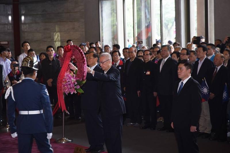 11月12日是國父孫中山152歲誕辰,中國國民黨主席吳敦義上午在副主席兼秘書長曾永權等人陪同下,赴國父紀念館向總理銅像獻花致敬。(國父紀念館Facebook)