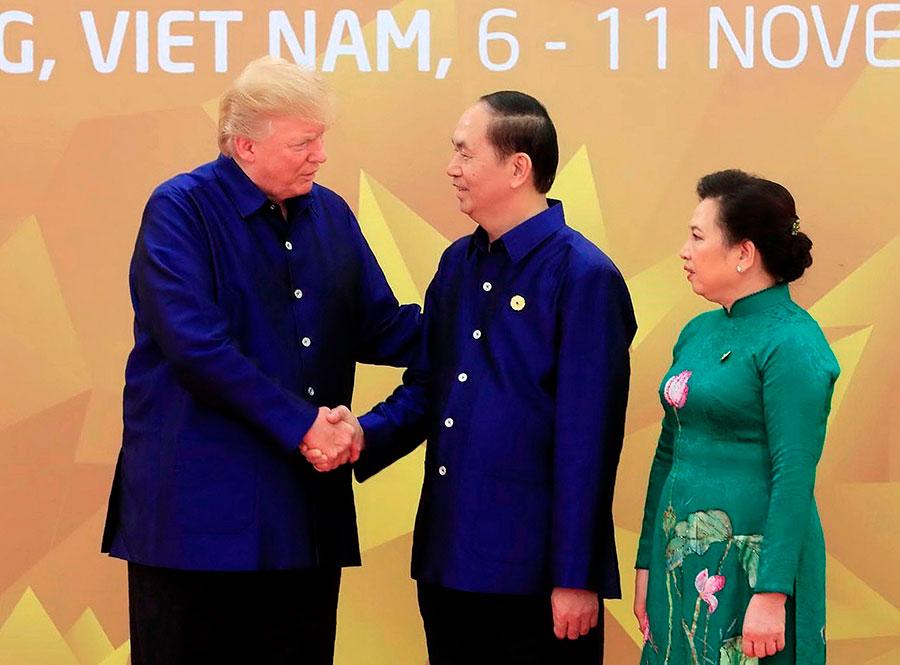 特朗普參加APEC峰會,和陳大光夫婦會面。(STR/AFP/Getty Images)