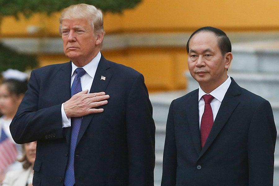 特朗普周日(11月12日)抵達越南首都河內,越南國家主席陳大光舉行了熱烈的歡迎儀式。雙方會談議題談及北韓、不公平貿易問題及南中國海問題。(KHAM/AFP/Getty Images)
