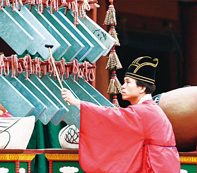方響,是源於中國的一種傳統敲擊樂器,並傳至東亞其它地區。八音分類屬「金」,因其音片呈長方形而得名,用鐵或銅等製作。
