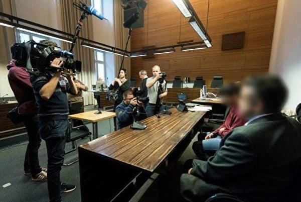 11月7日,曾轟動一時的弗萊堡醫科女生遭姦殺案再次開庭,一份新鑑定結果顯示,被告Huseen K. (右二)已成年,而他原來稱自己作案時只有17歲。是否成年對判決將起決定性作用。(PATRICK SEEGER/AFP/Getty Images)