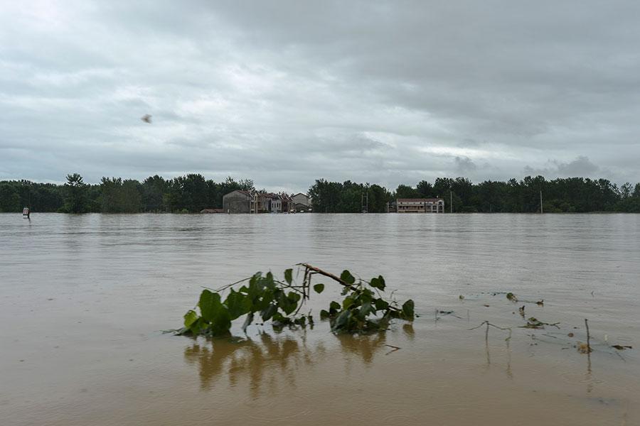 2016年7月1日晚,武漢新洲舉水河東河大橋附近一段突發潰堤,附近村落很快被淹,部份村子水深達到3米。(大紀元資料室)