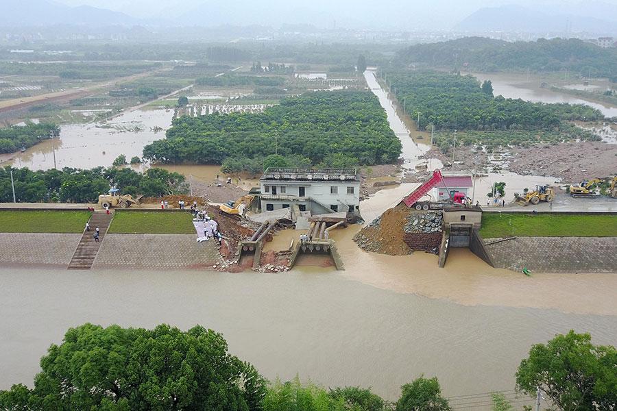 圖為2017年6月27日,浙江金華蘭谿市香溪鎮前畈村排澇站段圩壩發生潰堤。(大紀元資料室)