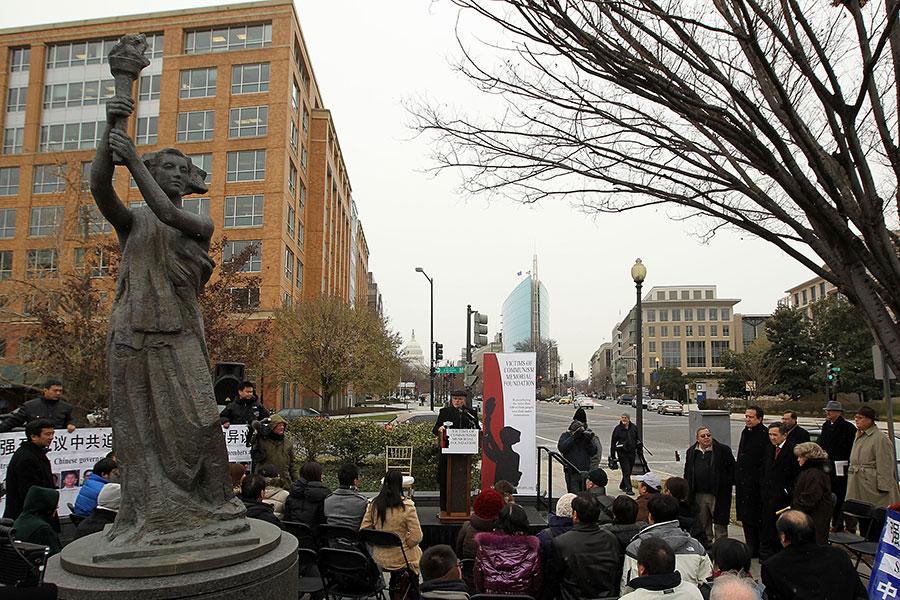 近日,美國聯邦眾議院兩黨議員成立一個新的核心小組,關注共產主義國家、紀念共產主義受難者,以及提高人們對殘暴共產主義的認識。圖為人們在華府共產主義受難者紀念碑廣場舉行集會。(Alex Wong/Getty Images)