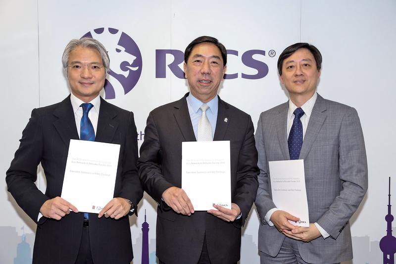 皇家特許測量師學會香港理事會副主席劉健民(左一)指,香港房地產從業員平均年薪跌幅微小,不反映本港房地產業界薪酬有大轉變。(余鋼/大紀元)