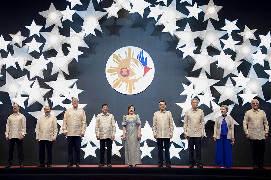 東盟成立五十周年儀式上,特朗普和菲律賓總統杜特爾特及其它國家元首見了面。(JIM WATSON/AFP/Getty Images)